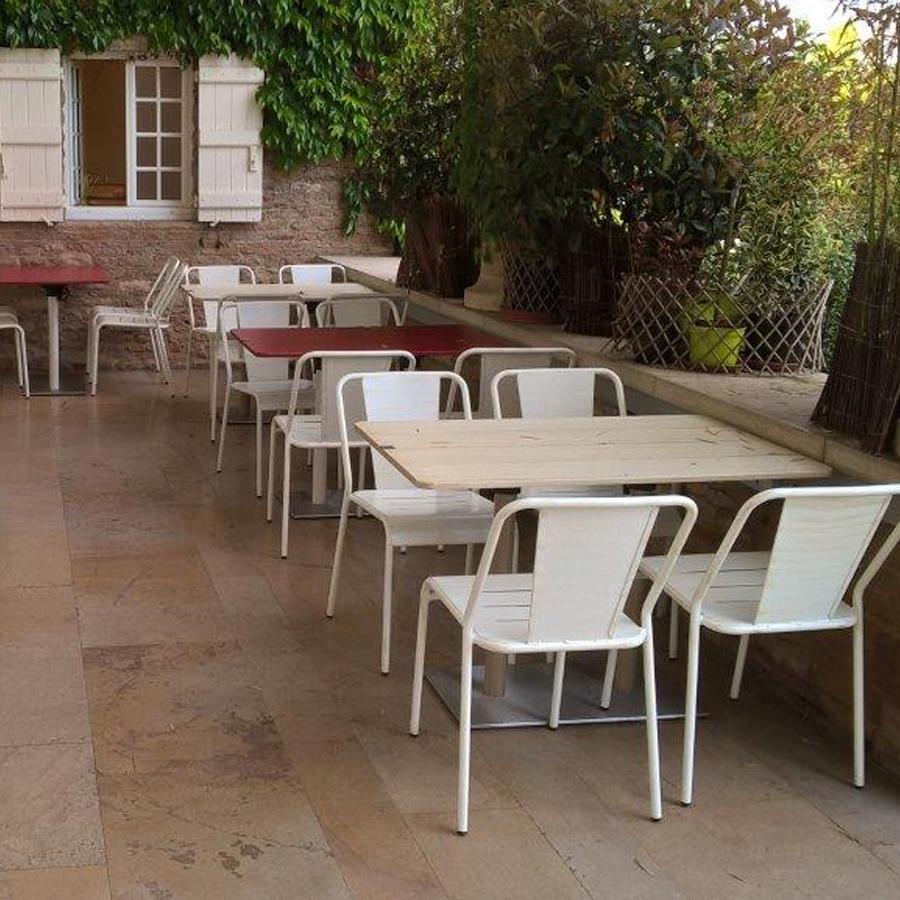 Alutec fabricantes de sillas mesas taburetes y for Mesa de terraza con quitasol